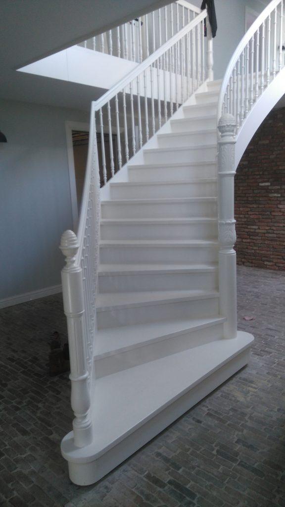 Plaatsen houten trap bouwbedrijf nijdam voor al uw for Houten trap plaatsen